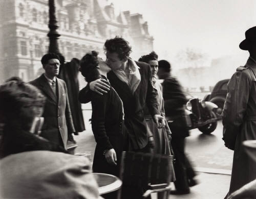 Robert_doisneau_le_baiser_de_lhotel_de_ville_kiss_at_the_hotel_de__25_313